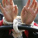 Protestuotoja už žmogaus teises surištomis rankomis