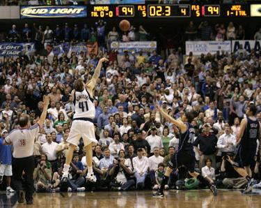 """Lemiamas Dirko Nowitzki (""""Mavericks"""") metimas į """"Jazz"""" krepšį"""