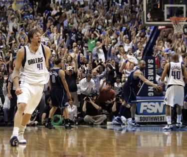 """Dirkas Nowitzki (""""Mavericks"""") pataikė lemiamą metimą į """"Jazz"""" krepšį"""