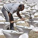 Darbininkai centriniame Beirute įrenginėja porcelianinius tualetus, skirtus atminti 1975-aisiais kilusį karą