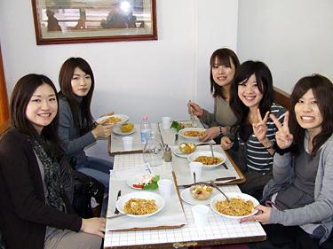 Florencija, japonų turistės pietauja kavinukėje