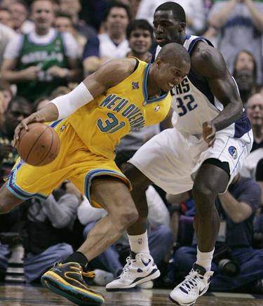 """Davidas Westas (""""Hornets"""") veržiasi pro Brandoną Bassą (""""Mavericks"""")"""