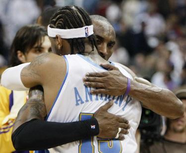 """Kobe Bryantas (""""Lakers"""") atsisveikino su Carmelo Anthony (""""Nuggets"""")"""