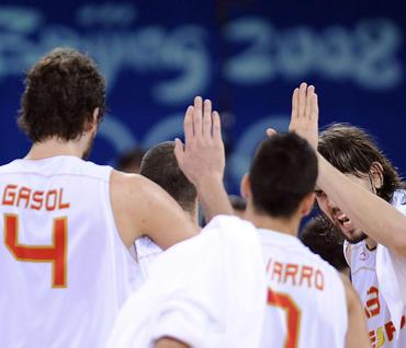 Ispanijos krepšininkai džiaugiasi pergale