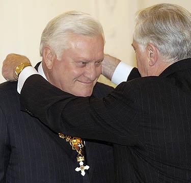 V.Adamkus apdovanoja A.Brazauską