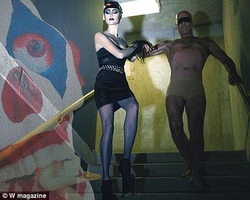 Брюс Уиллис и его жена снялись в стиле садо-мазо