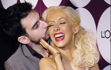 Dainininkę Christiną Aguilerą bučiuoja vyras Jordanas Bratmanas.