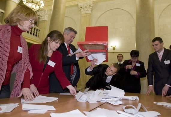 Baltarusijoje pasibaigus balsavimui atidaromos balsadėžės