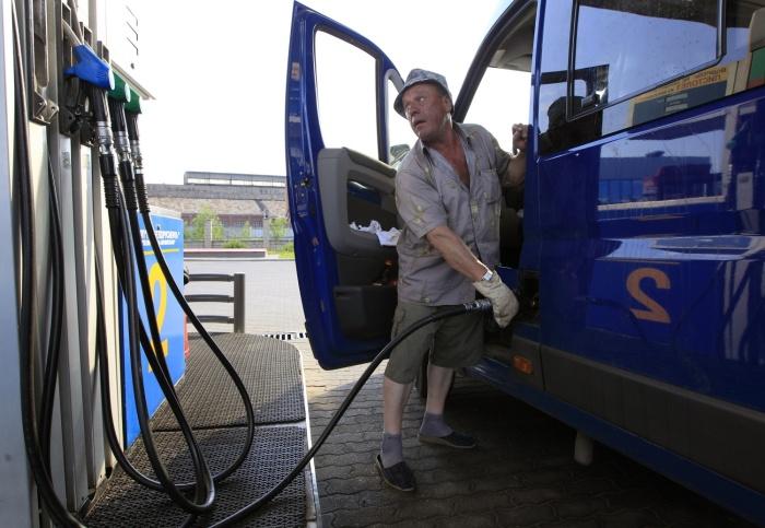 Правительство обсудило с нефтяниками рост цен на бензин