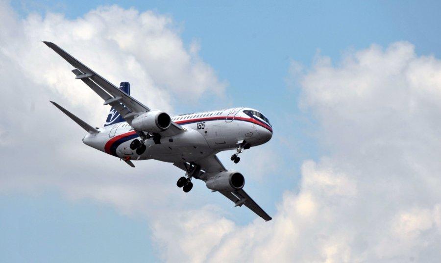 Во Владивостоке приземлился суперджет с лопнувшим стеклом в кабине пилотов