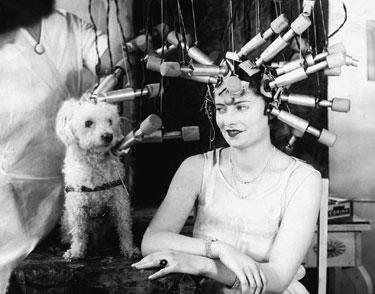 Mados istorija. Moteris ir šuo kirpykloje. 1920 m.