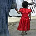 Afganistanietė su dukra Kabule