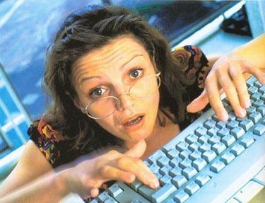 Moteris prie kompiuterio