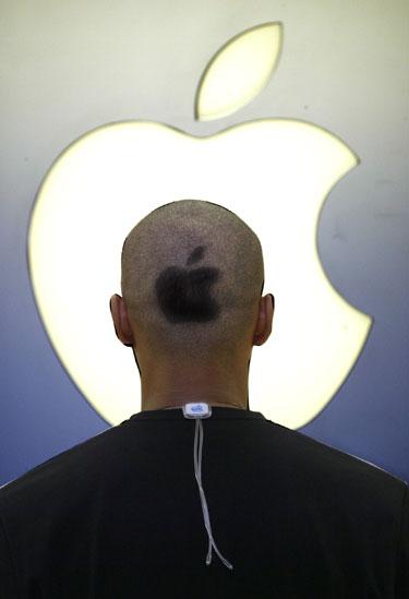 """""""Apple"""" darbuotojas su obuolio tatuiruote ant galvos"""