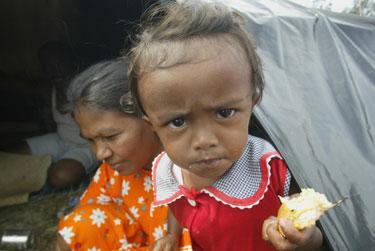 Nuo cunamio nukentėję Indonezijos gyventojai ginasi nuo bado