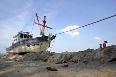 Tailando paplūdimyje cunamio į krantą išmestas laivas