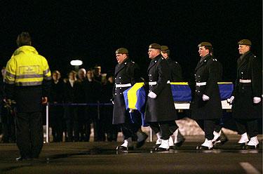 Švedijos kariškiai neša cunamio aukų karstus