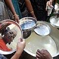 Indijos pietų provincijoje nuo cunamio nukentėję gyventojai laukia eilėje prie pieno