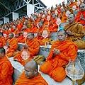 Šimtai budistų vienuolių meldžiasi už cunamio Pietryčių Azijoje aukas