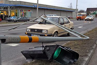 Panevėžyje siautusi audra gatvėje ant automobilio užvertė šviesoforą