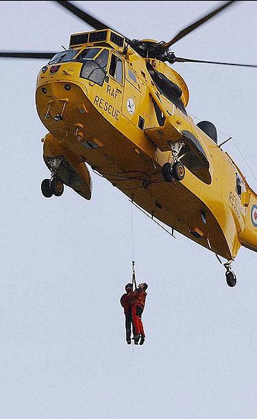 Didžiojoje Britanijoje gelbėtojai sraigtasparniais gelbėja žmones iš potvynių užtvindyto miesto