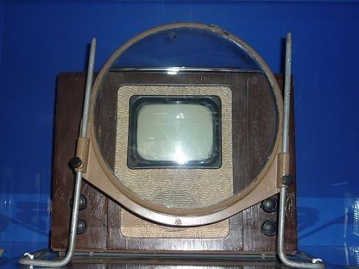 """Rusijoje iki 1960 m. gaminto televizoriaus KVN 49 - ekrane vaizdą reikėjo žiūrėti per padidinimo stiklą (Šiaulių """"Aušros"""" muziejaus nuotr.)"""