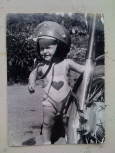 Tarp 10-ties I.Prudnikovaitės brangiausiųjų - skalbinių segtukai ir šypseną kelianti jos vyro M.Pitrėno nuotrauka
