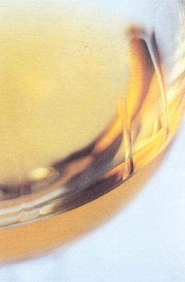 Madeiros vynas, turintis ryškią aukso spalvą su gintaro atspalviu