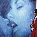 Jauna vokietė apžiūrinėja erotišką Latvijos menininko kūrinį