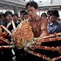 Susirinkę kinai žavisi gigantišku krabu Fuzhou restorane Fujian provincijoje.