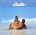Nudistų porelė paplūdimyje