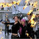 Merginų pasirodymas su ugnimi.