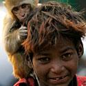 Elgetaujantis berniukas su beždžionėle