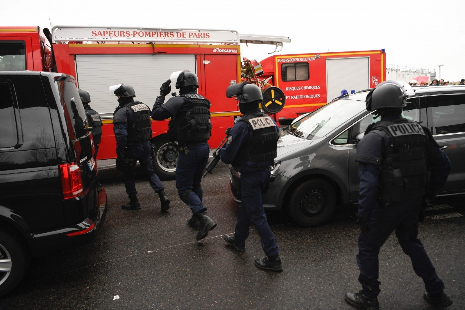 Аэропорт Парижа эвакуировали из-за нападения навоенных