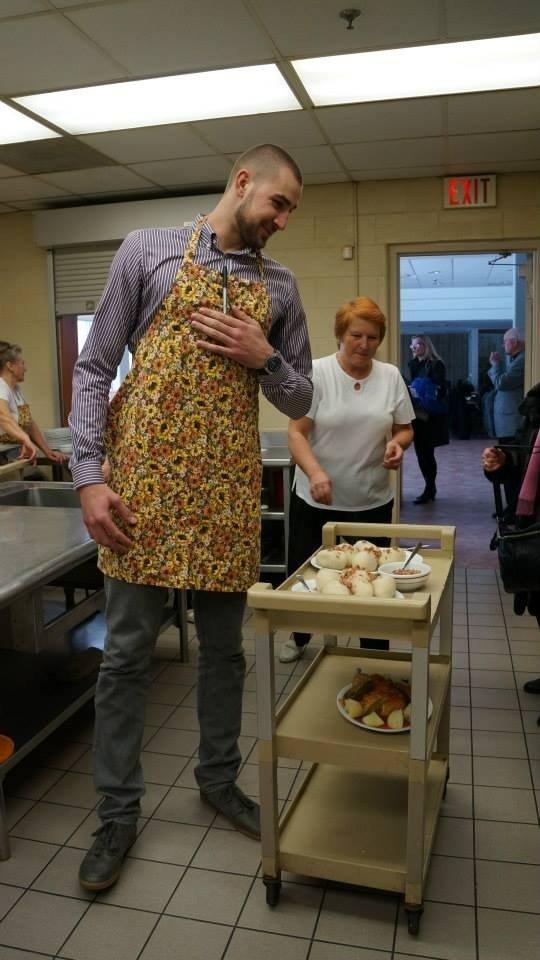 J. Valančiūnas savo gerbėjus Toronte vaišino čempionų pusryčiais – cepelinais