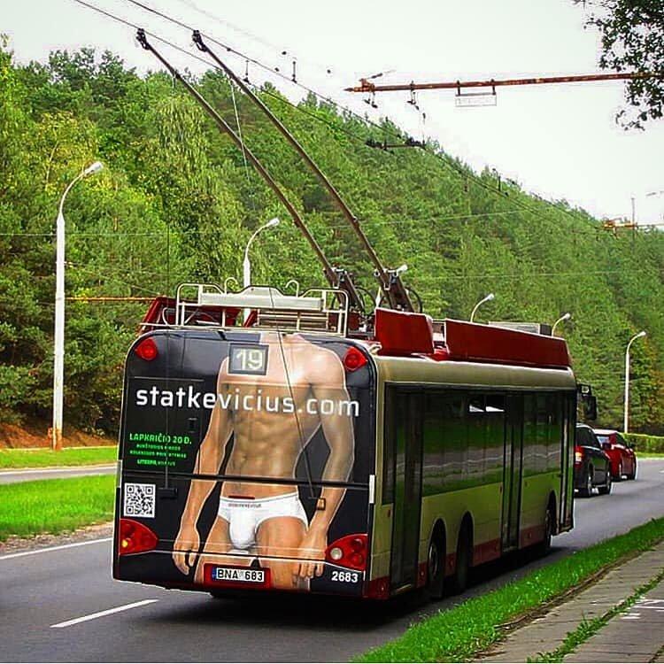 Statkevičiaus kolekcijos pristatymo reklama: keista, kad aukštoji mada – ant troleibuso