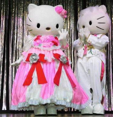Japonų katytė, vardu Hello Kitty (kairėje), savo 30-ojo gimtadienio ceremonijoje, Tokijuje.