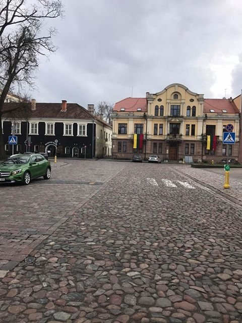 Kelio ženklai Kauno Rotušės aikštėje