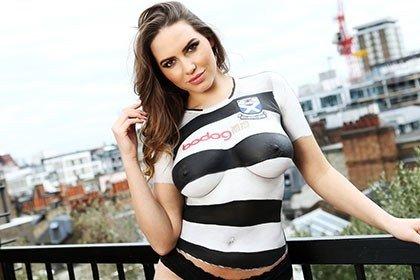 """Latvijos modelis Sabina Jemeljanova pristato """"Ayr United"""" maršinėlius"""