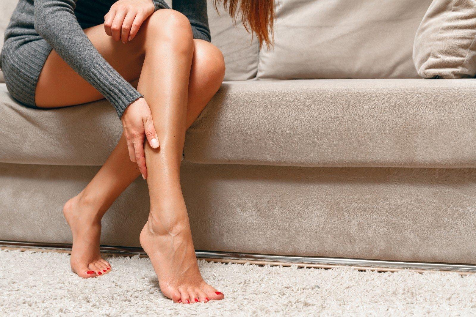 varpos ant moteriškos kojos