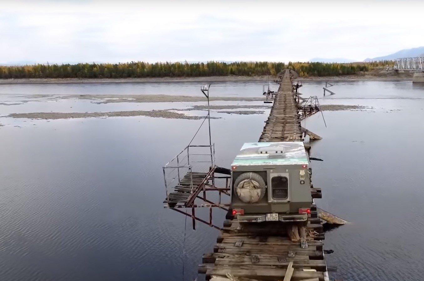 «Остались мынаострове»: в Российской Федерации рухнули опоры моста