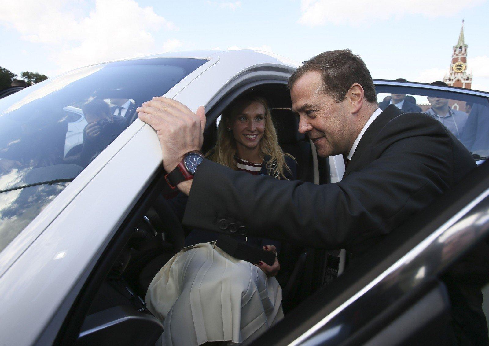 Медведев поведал оналичии автомобиля влюбой русской семье