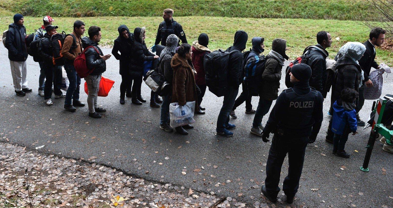ФРГ пробует стимулировать беженцев квозвращению на отчизну