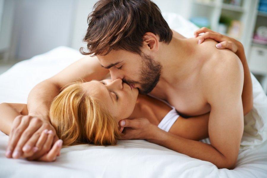 Girl kiss man, moving sexy bikini babes