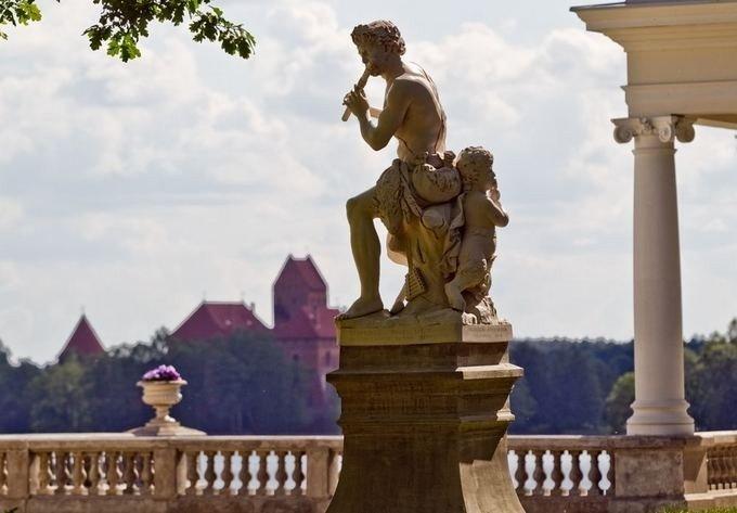 Prancūzų skulptoriaus A. Coysevox skulptūrų kopijos puošiančios didįjį parterį
