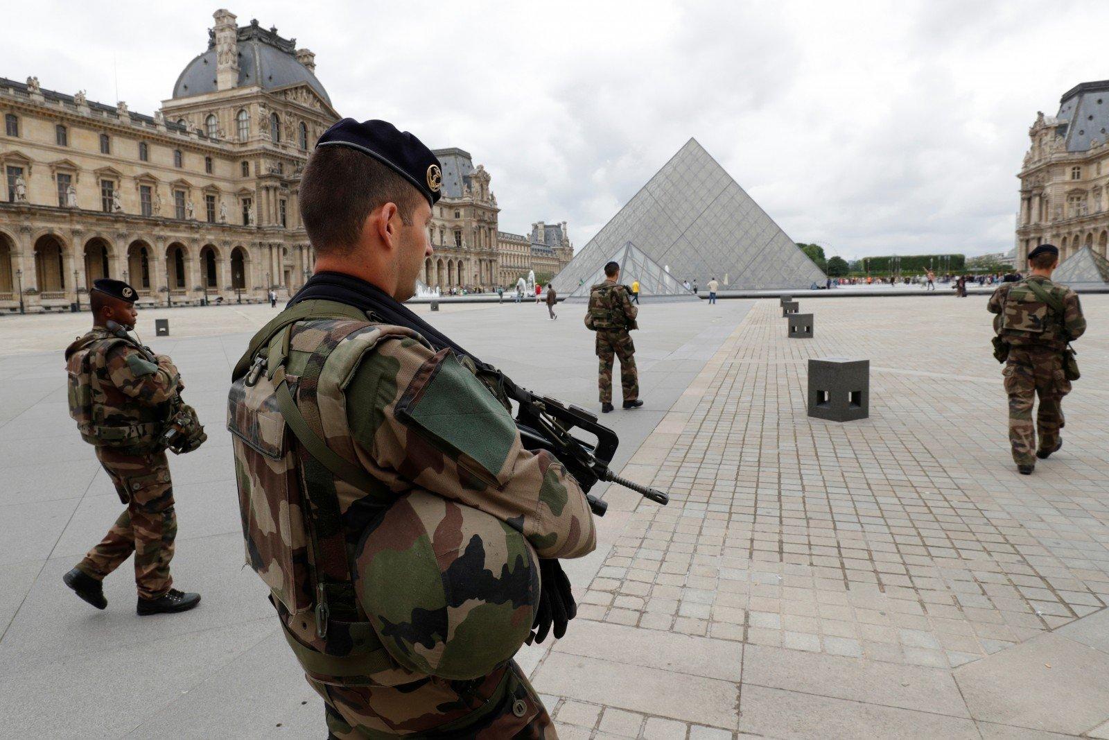 Установлена личность террориста, напавшего напатруль около Лувра