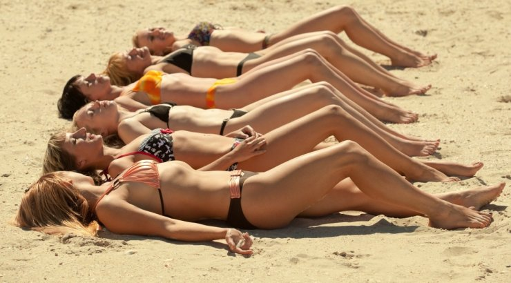 photos of girls laying on the beach № 11784