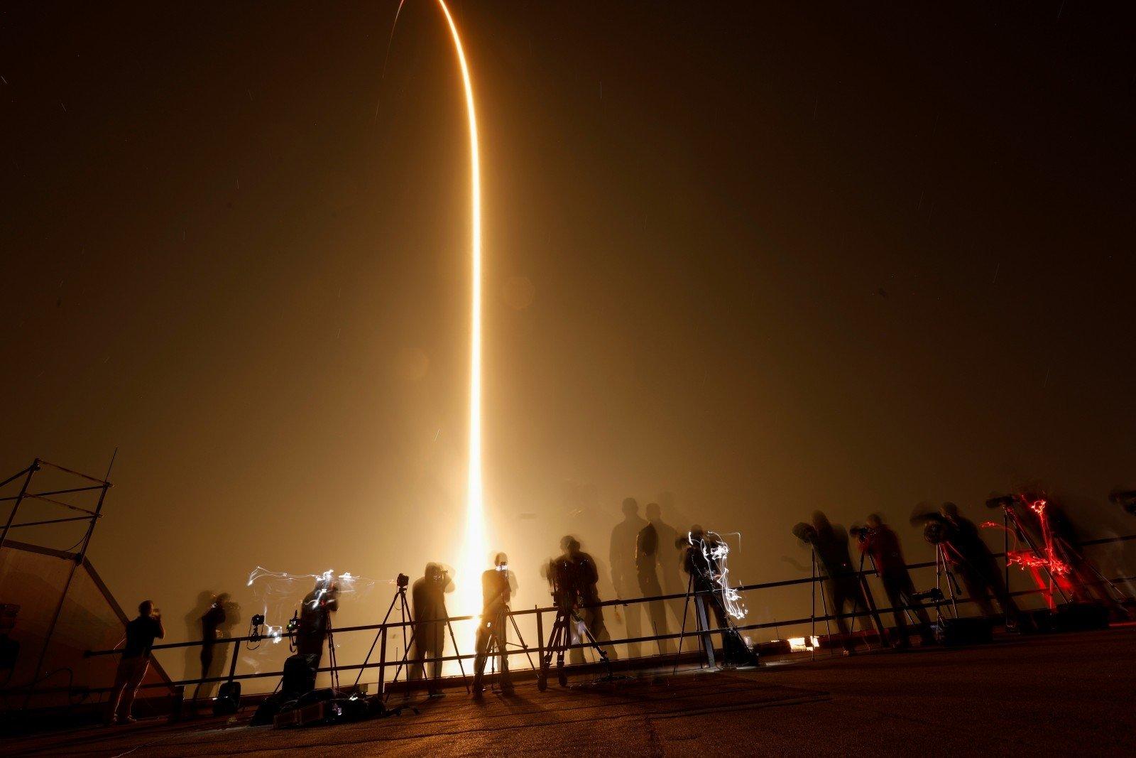 Tesla будет доставлять астронавтов к ракетам SpaceX