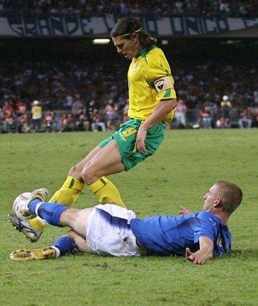 Tomas Danilevičius kovoja su Daniele De Rossi per Euro2008 atrankos rungtynes Italija-Lietuva (1:1), Neapolis, rugsėjo 2, 2006.