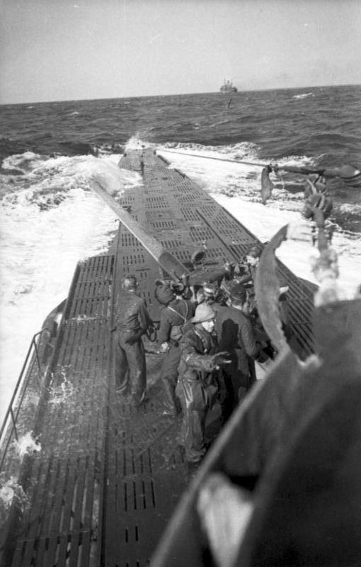 U-123 skrodžia Atlanto bangas.